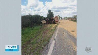Caminhão carregado com milho tomba na BR-265, em Itutinga (MG) - Caminhão carregado com milho tomba na BR-265, em Itutinga (MG)
