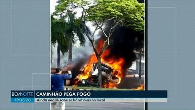 Caminhão passa por cima de dois carros em Foz do Iguaçu - Veículo pegou fogo após grave acidente.