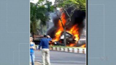 Caminhão passa por cima de dois carros no centro de Foz do Iguaçu - O motorista que é argentino disse que o veículo ficou sem freio.