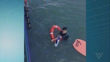 Surfista é resgatado após correnteza arrastá-lo por 10 km - Jovem foi socorrido por tripulantes de navio.