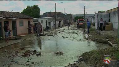 Cano estoura e casas ficam alagadas no bairro Petrópolis em Caruaru - Compesa investiga causa do problema.