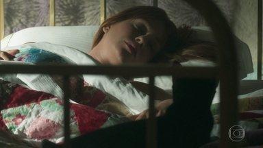 León deita na cama de Luz - Ela acorda e acredita que o gato faz parte de um sonho