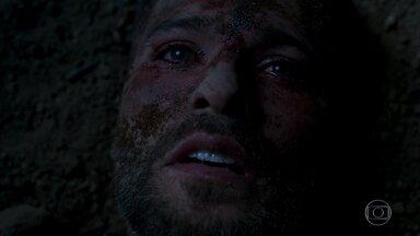 Gabriel desperta sem memória - Luz diz que gato León a guiou até o rapaz. Geandro encontra os dois e se assusta com a situação