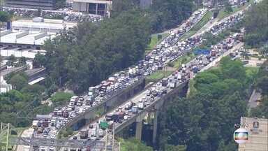 Os últimos feriados antes do fim de ano animam os brasileiros a pegarem estrada - Em São Paulo, o destino preferido é o litoral, mas as estradas que levam ao interior também estão movimentadas
