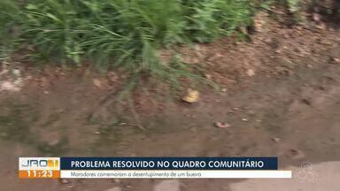 Moradores comemoram o desentupimento de um bueiro - Problema resolvido no quadro comunitário no bairro Flodoaldo Pontes Pinto.