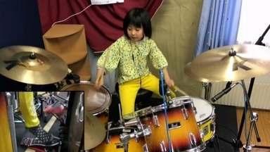 Baterista japonesa de 8 anos chama atenção do fundador do Led Zeppelin - A pequena Yoyoka Soma mora na pequena ilha de Hokkaido, no Japão e aprendeu a tocar o instrumento sozinha.