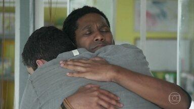 Vinícius não se conforma com o cancelamento do casamento - Rafael abraça o amigo