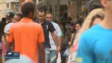 Consumidores aproveitam feriado para comprar nas lojas de Ribeirão Preto - Pagamento da primeira parcela do 13º salário deixou trabalhadores animados.