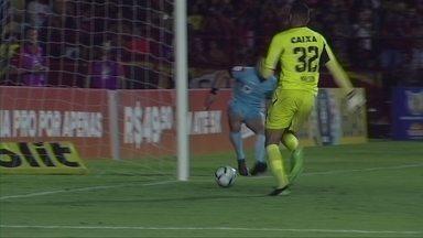 """Mailson faz lambança no jogo do Sport, mas salva depois: """"Ia quebrar, mas deu branco"""" - Goleiro rubro-negro por pouco não faz gol contra numa situação pouco vista no futebol"""