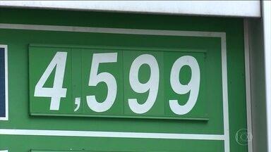 Preço da gasolina despenca nas refinarias, mas não baixa nos postos - A queda de mais de 25% da gasolina nas refinarias não chegou para os consumidores nos postos de combustíveis.