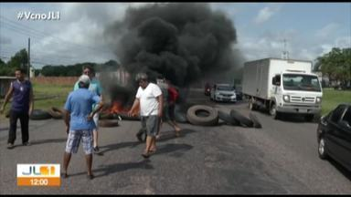 Manifestantes interditam trecho da rodovia BR-316, em Benevides - Eles cobram saneamento básico e pavimentação em vias