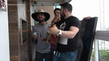 Thiago Brava mostra seu programa preferido: churrasco - Sertanejo reúne os amigos pra comer e cantar