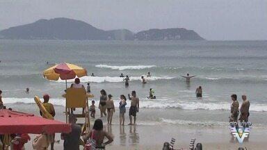 Feriado prolongado leva turistas às praias da região - Movimento é intenso, mesmo com tempo encoberto.
