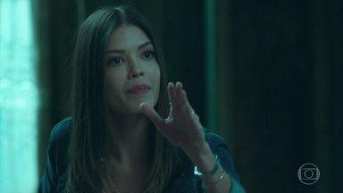 Estranhamente, Cris proíbe que retirem qualquer objeto do quarto de Julia - Alain estranha o comportamento de Cris, mas acaba aceitando a explicação dela