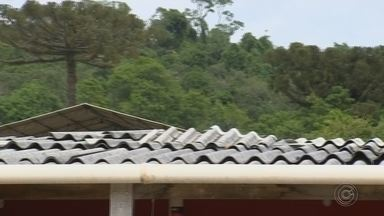 Reparos começam a ser feitos em escola municipal que ficou destelhada após chuva - Chuva forte destelhou uma escola municipal, em Nova Campina. Ninguém se feriu. Os trabalhos de reparo começaram a ser feitos.