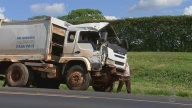 Idoso morre em acidente com caminhão de lixo na rodovia de Palmares Paulista - Um idoso de 64 anos morreu após o caminhão de lixo em que ele estava tombar na Rodovia da Laranja, entre Palmares Paulista e Catanduva (SP), na manhã desta quinta-feira (15).