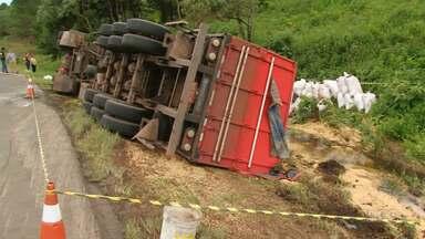 Carreta carregada com soja tombou na BR-277 em Guarapuava - O motorista de 56 anos teve ferimentos leves.