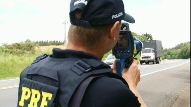 Motoristas são multados por excesso de velocidade no feriado - A PRF flagrou um carro que transitava a 130 km/h.