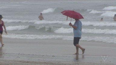 Praias do Guarujá, SP, ficam cheias durante feriado - Chuva não afastou os turistas da região.