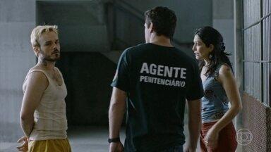 Erica pede ajuda para Adriano - Ela pede para colocar Agnaldo na cozinha