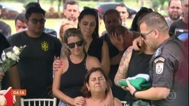 Corpos de dois policiais militares são enterrados no Rio de Janeiro - O Exército está investigando uma das mortes. O PM teve o carro fuzilado por militares que faziam um bloqueio. Imagens de câmeras de segurança registraram os momentos que antecederam à morte do policial.