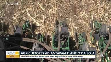 Agricultores adiantam o plantio de soja em São Desidério, no oeste do estado - Chuvas se anteciparam na região este ano, o que favoreceu o cultivo dos grãos.