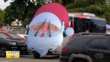 Papai Noel 'inova' e chega de ônibus em shopping de Goiânia - Criançada fez a festa.