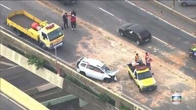 Duas pessoas morrem em acidente no Viaduto Aricanduva, Zona Leste de SP - Batida aconteceu entre 3 carros na manhã desta sexta-feira (16).