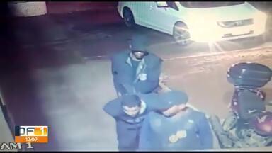 Polícia prende ladrões que roubaram no Taquari e procura grupo que assaltou empresa - Três foram presos depois de roubar clientes no Taquari, eles foram presos no Varjão horas depois. No Setor de Abastecimento Norte, cinco homens são procurados por assaltar uma empresa de bebidas. Eles usaram uniformes falsos da polícia civil para render o segurança da empresa. Os ladrões levaram R$90 mil.