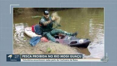 Voluntários encontram redes de pesca perto da Cachoeira de Baixo, em Mogi Guaçu - A pesca está proibida no Rio Mogi Guaçu por conta do período da piracema.