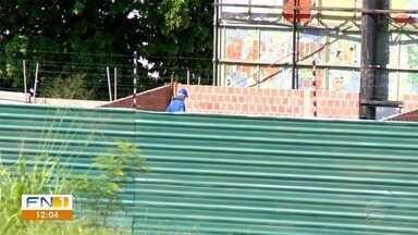 Pedreiros trabalham em obras embargadas pela Prefeitura de Presidente Prudente - Mesmo com interdições, trabalhadores se arriscam em seguem atuando em construções e reformas espalhadas pela cidade.