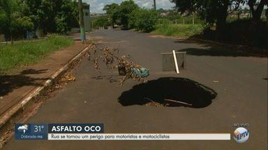 Asfalto cede e buraco preocupa moradores no bairro Manoel Penna em Ribeirão, SP - Problema acontece na Rua Vicente Urbano.
