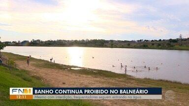 Banhistas estão proibidos de entrar na água do Balneário da Amizade - Apesar da proibição, pessoas insistem em se refrescar no local.