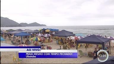 Turistas lotam praias em Ubatuba no litoral norte mesmo com tempo nublado - Movimento segue intenso no feriado prolongado.