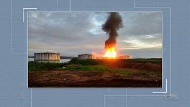 Tanque carregado de etanol pega fogo em usina de Serranópolis após ser atingido por raio - Corporação atua junto com brigadistas da empresa no combate às chamas do recipiente, que estava com cerca de 5 milhões de litros do produto; ninguém se feriu.