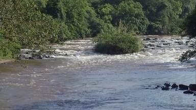 Bombeiros acham corpo de jovem que se afogou em Santa Cruz do Rio Pardo - Após três dias de buscas pelo rapaz de 16 anos que se afogou na quarta-feira (14), bombeiros encontraram corpo a cerca de quatro quilômetros do local do acidente no Rio Pardo