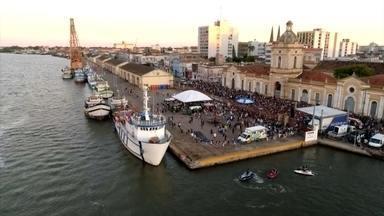 Atrações gratuitas lotam cais do porto histórico de Rio Grande - Show da banda Chimarruts foi destaque da programação dos 103 anos do porto de Rio Grande.