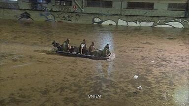 Temporal causa mortes, alaga avenidas e arrasta carros em Belo Horizonte - Enxurrada matou três pessoas em Minas Gerais. Anna Luisa Fernandes de Paiva Maria, de 16 anos, foi sugada por um bueiro.