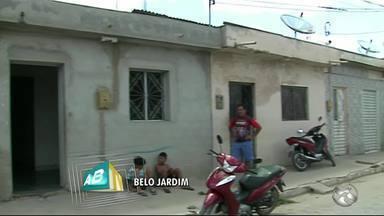Mãe é morta a tiros e bebê fica ferida em Belo Jardim - Mulher de 22 anos estava com a filha de 11 meses no colo.