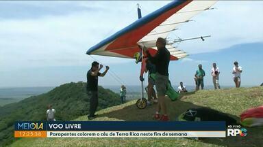 Campeonato de voo livre colore o céu nos Três Morrinhos, em Terra Rica - Local é considerado perfeito para prática de asa dela e parapente. Terra Rica recebe a final do Campeonato Paranaense.