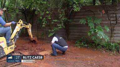 Caesb flagra ligação clandestina de água na Avenida das Nações - Só este ano, a Caesb encontrou 2.400 ligações de água clandestinas no DF.