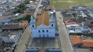Igreja Matriz de São José do Norte é fechada por problemas no telhado - Prédio construído em 1840 é um dos mais antigos da cidade. Igreja tenta conseguir recursos para permitir a reforma.
