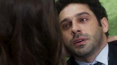Emílio confessa que a ama Marocas - O advogado passa mal após ser picado por uma cobra venenosa