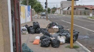 Prefeitura de Bauru estuda locação emergencial de caminhões para coleta de lixo - Decisão foi anunciada após reunião para debater problema causado pela quebra de mais da metade da frota. Com 13 dos 22 veículos do serviço parados, cerca de 50 bairros tiveram a coleta prejudicada.