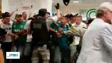PM apura conduta de policial que comemorou acesso do Goiás com torcedores, em Goiânia - Ele pulou junto com os esmeraldinos durante o desembarque do time no aeroporto.