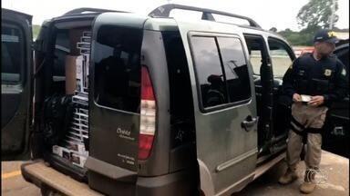PRF apreende carro com cigarros contrabandeados, em Anápolis - Segundo corporação, produtos podem ter vindo de Cuiabá.