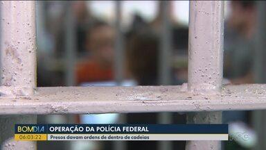 Polícia faz operação contra facções criminosas que davam ordens dentro da cadeia - A operação foi em sete estados e a maioria dos mandados foram cumpridos aqui no Paraná.