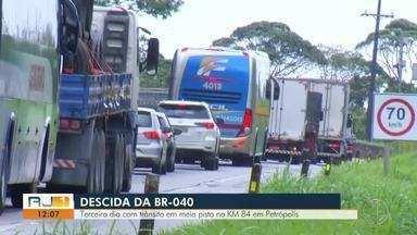 Terceiro dia na BR-040 com trânsito em meia pista no KM 84 em Petrópolis, no RJ - Assista a seguir.