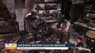 Loja de fotografia e filmagem pega fogo em Resende - Segundo Corpo de Bombeiros, caso aconteceu na Rua Gulhot Rodrigues, no bairro Campos Elíseos. Houve perda total de materiais.