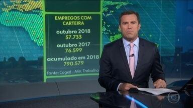 Economia brasileira cria 57 mil empregos com carteira assinada em outubro - No mês de outubro, a economia brasileira criou mais de 57 mil empregos com carteira assinada. Apesar de positivo, o número é menor do que o registrado no mesmo mês do ano passado. O comércio e o setor de serviços tiveram os melhores desempenhos.